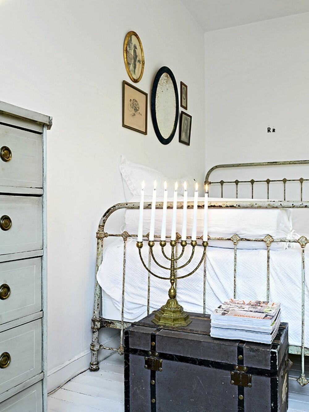 NOSTALGISK: Det er mange gamle møbler i leiligheten, slik som sengen og kommoden.