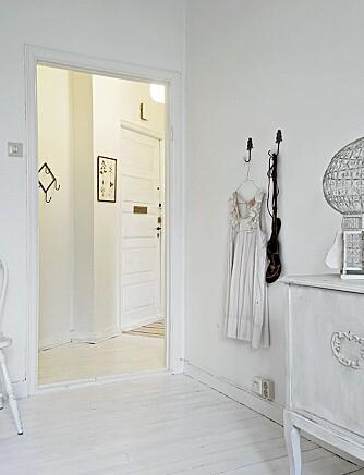 VEGGPRYD: På soverommet har Rachel la Chenardière hengt kjoler og sko som dekor på veggen