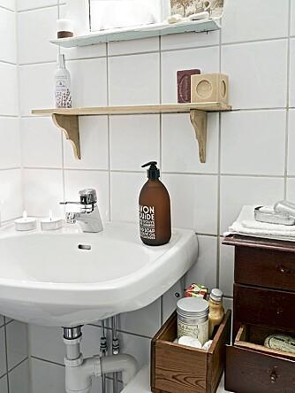 OPPBEVARING: På det lille badet har eieren hyller og esker til oppbevaring