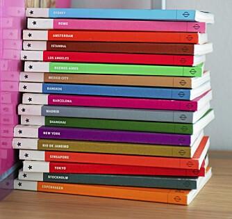 REGNBUEFARGER. - Jeg kjøpte bøkene utelukkende på grunn av fargene. Det skulle vise seg å være et klokt valg, for de er ikke så lesbare, sier Margrethe