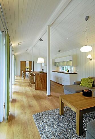 AVBALANSERT: Det nøkterne interiøret skaper rolig stemning i rommet. Kjøkkenet med den robuste kjøkkenøya ligger sentralt plassert og er husets hjerte.