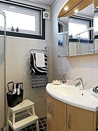 Baderomsinnredningen er fra Vedum og ble pusset opp i 2001 av tidligere eiere. Lina frisker de nøytrale basefargene opp med nye håndklær og såper med jevne mellomrom.