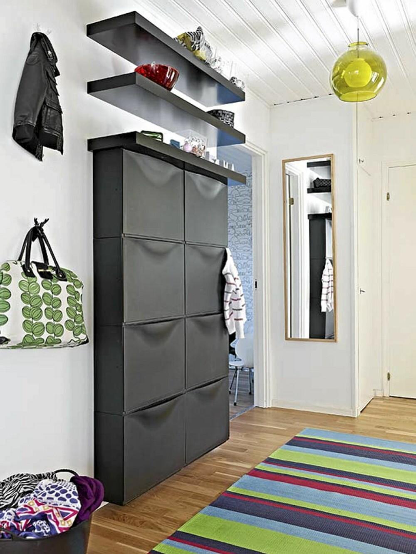 Skoskapet fra Ikea er stort, svart og finnes i svært mange hjem. Men mot hvit vegg, kombinert med en fargerik taklampe og mot en festelig løper på eikeparketten, blir skoskapet nesten skulpturelt i formen.
