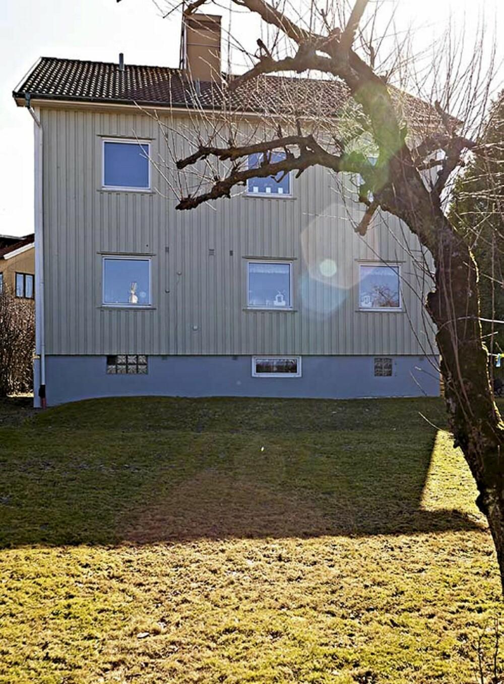 Slik ser den horisontaldelte tomannsboligen ut sett fra hagen. Lina og familien bor i første etasje.