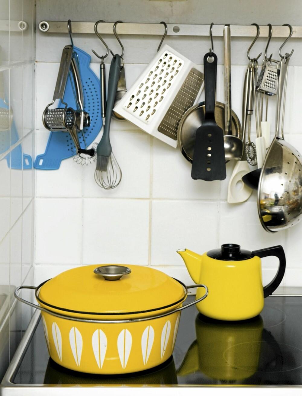 GULT ER KULT: Ikea har løftet frem gult som it-fargen i år. Brukskunstneren Grete Prydz Kittelsen visste nok hva hun holdt på med lenge før det, da hun lagde de udødelige emaljebollene fra Cathrineholm.