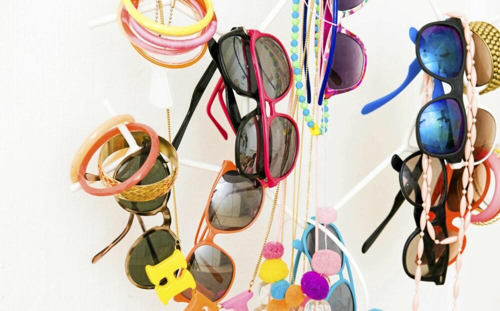 KLAR FOR PÅSKEN: Solbriller og accessoirer henger i et morsomt smykketre. Flere av kjedene har Charlotte lagd selv.