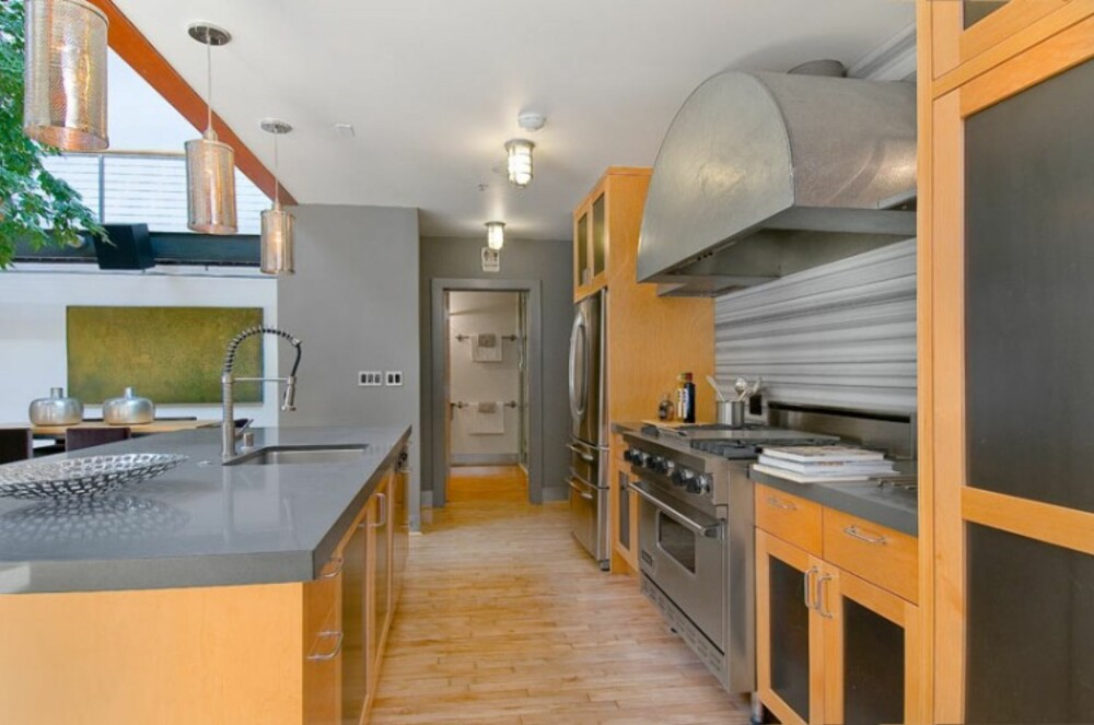DRØMMEKJØKKEN: Det store kjøkkenet er åpent mot allrommet.
