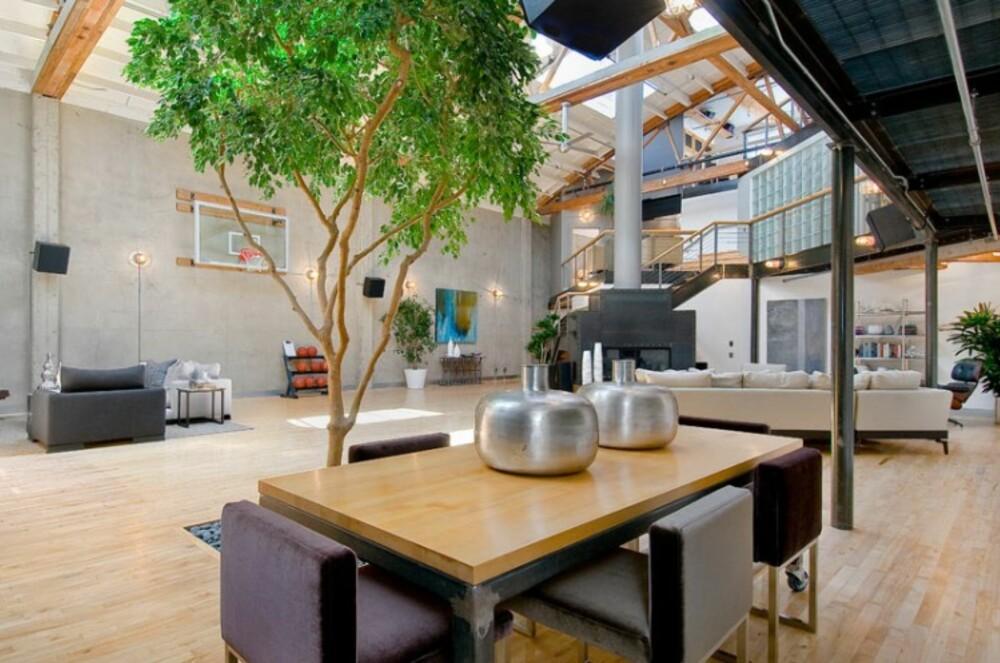 1-2-TRE: Inne i leilighten har man også - av alle ting - plassert et stort tre.