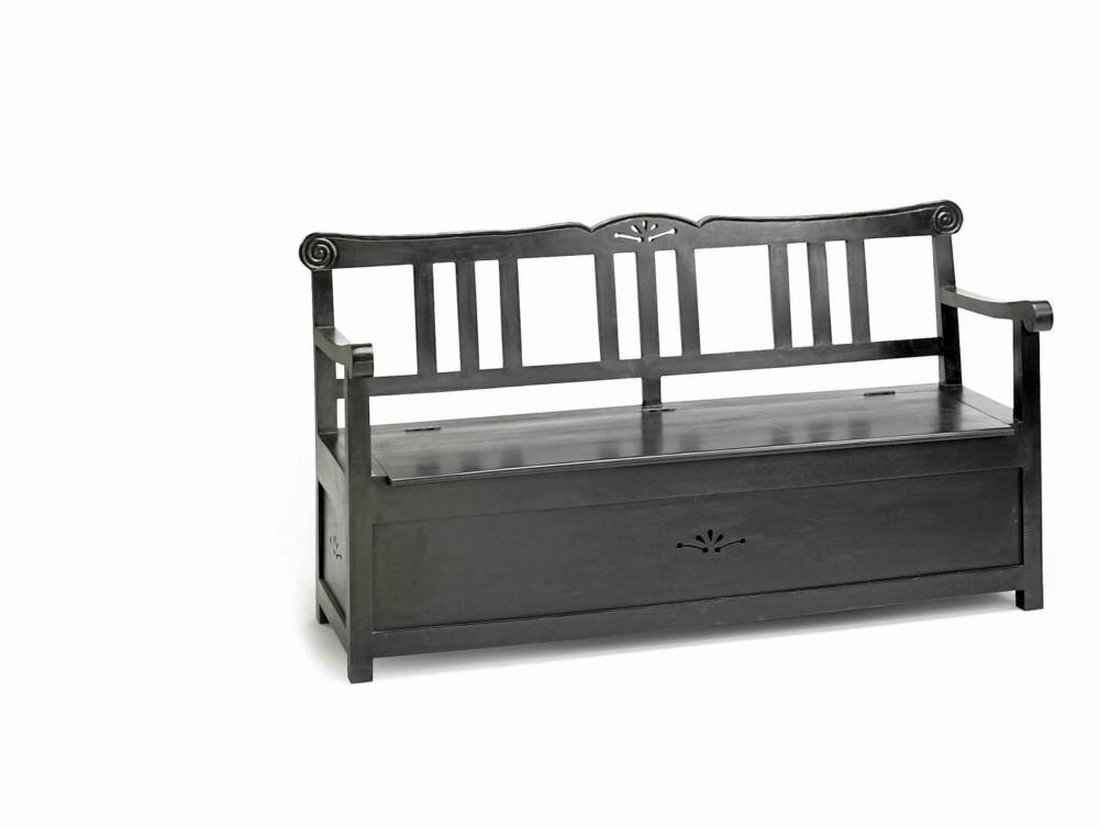 BENK: En gammel eller ny benk kan være både dekorativ og praktisk på hytta.