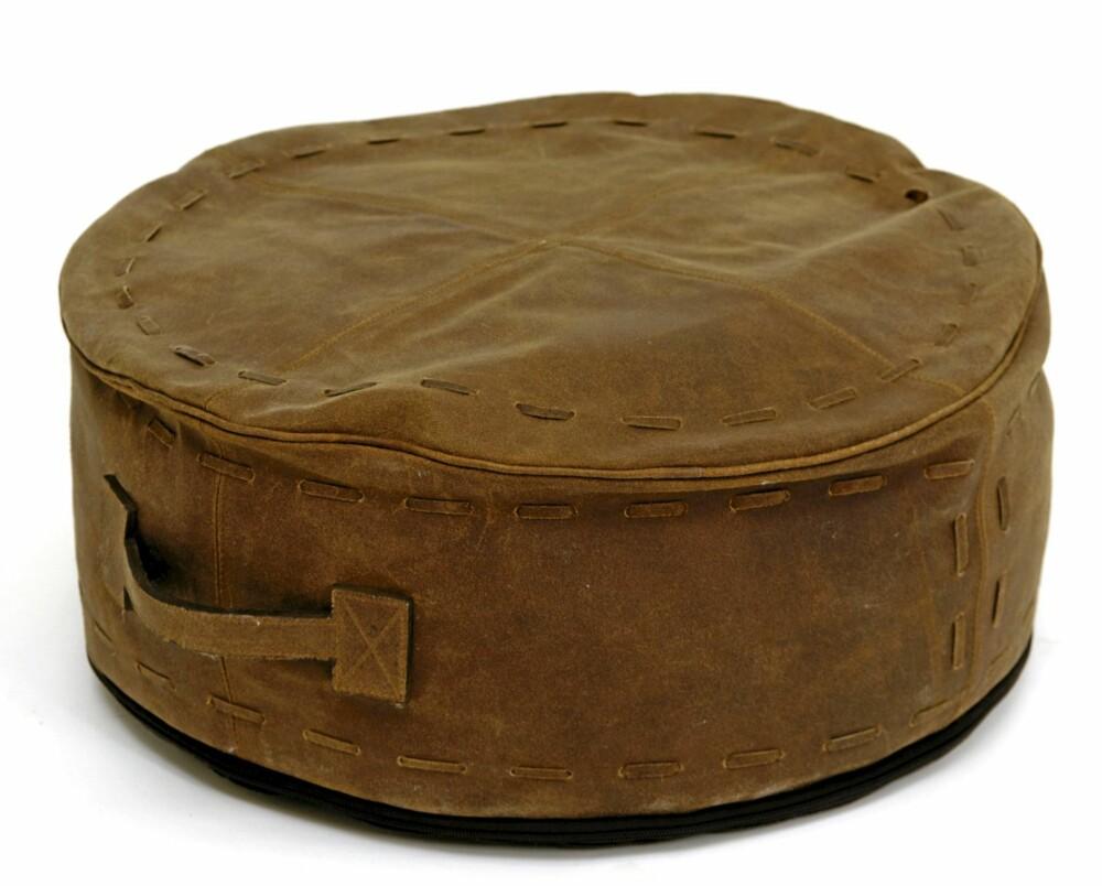 SKINNPUFF: En skinnpuff står fint i stil til rustikke møbler.