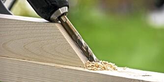 Bruk kappsaga: Kapp en bordbit i riktig vinkel og bruk den som guide.