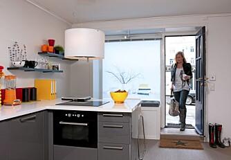 INGEN BUFFER:  Boligen har ingen buffersone; man kommer rett inn i hovedrommet. Kjøkkenet fra Ikea brukes også som hjemmekontor.
