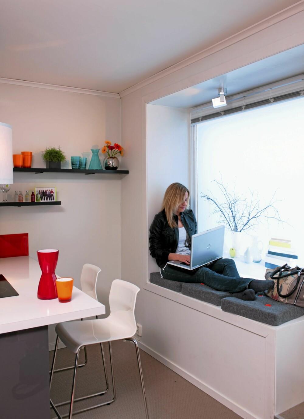 FAST PLASS: Den dype vinduskarmen er blitt et fast arbeidssted for beboeren. Her er det lysest, og her er mobildekningen best.