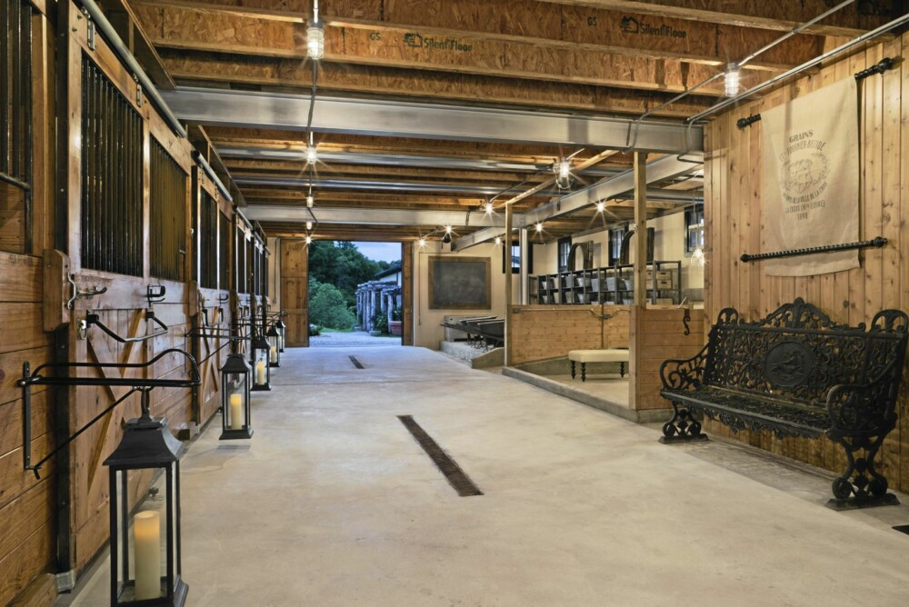 MUSIKK: Den gamle melkestasjonen i den nedre delen av låven blir brukt av DJèn under ulike arrangementer.