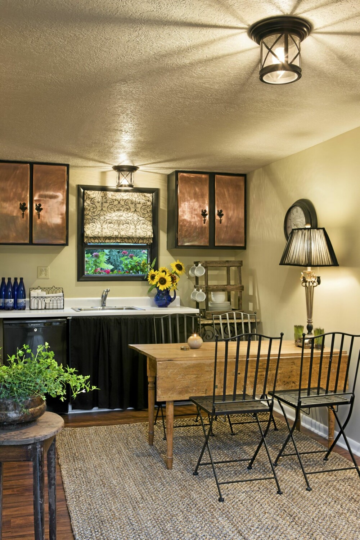 KJØKKEN: På det ene kjøkkenet i gårdshuset er det innredet med treverk, jern og kobber.