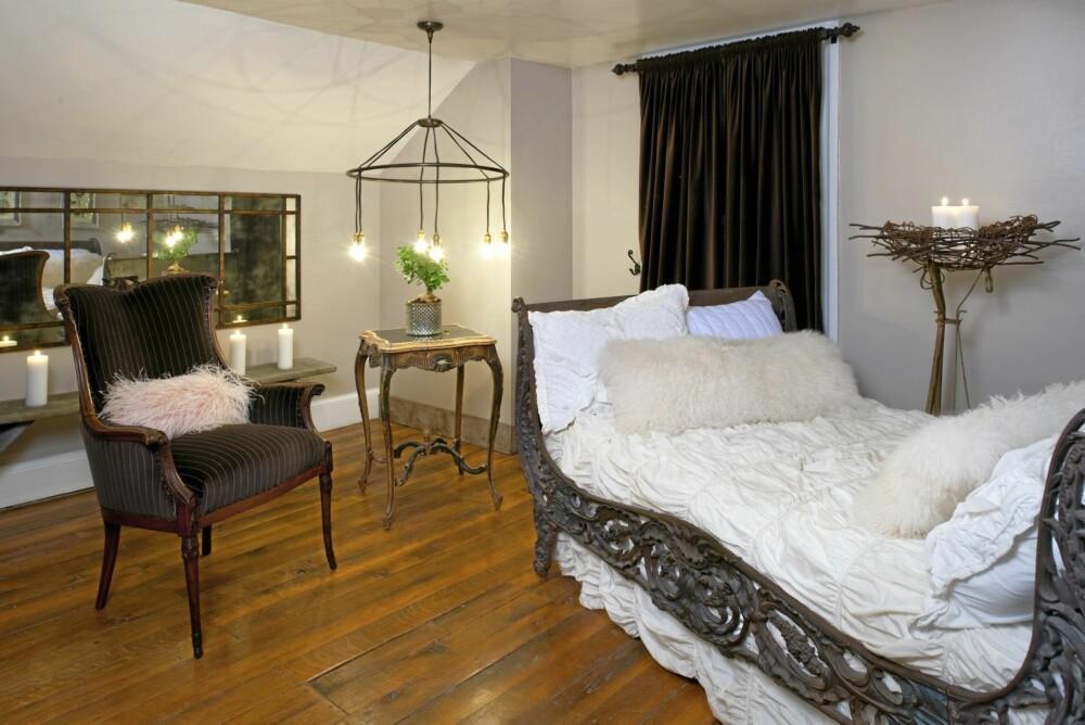 SOVEROM: Det ene soverværelset i gårdshuset er lunt og innbydende med mørke tregulv og lyse vegger.