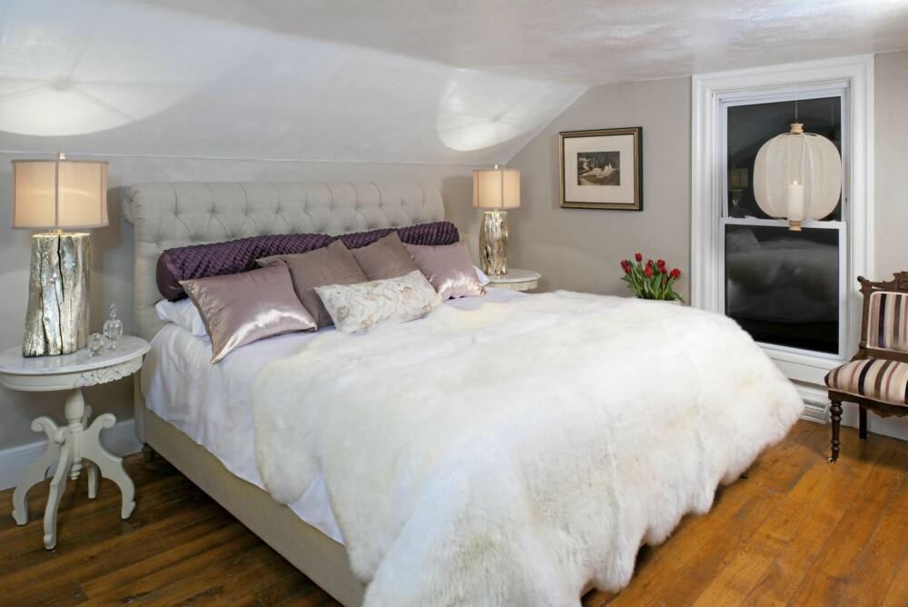 ROMANTISK ROM: Det andre rommet i gårdshuset er innredet med feminine og romantiske detaljer.