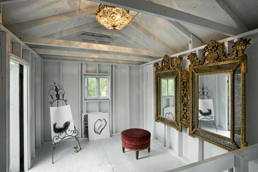 STUDIO: På den gamle gården har Dagnal også innredet et atelier.