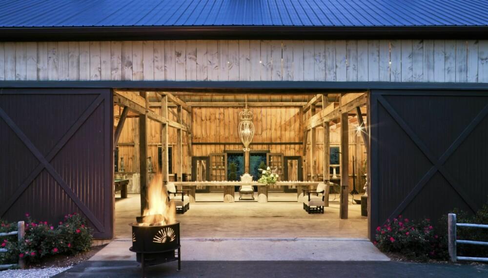 GAMLE MATERIALER: Låven på gården er laget av over 100 år gammelt tømmer. Det 7,5 lange bordet er også laget av gamle materialer.