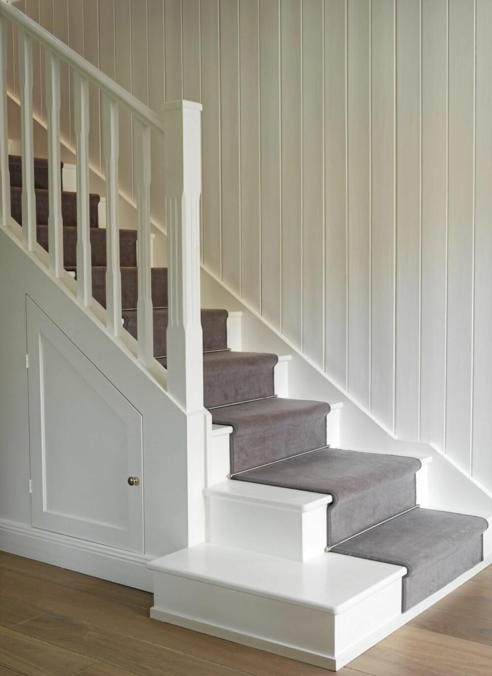 SKJULT OPPBEVARING UNDER TRAPPEN: Rommet under den klassiske trappen er utnyttet til oppbevaring.