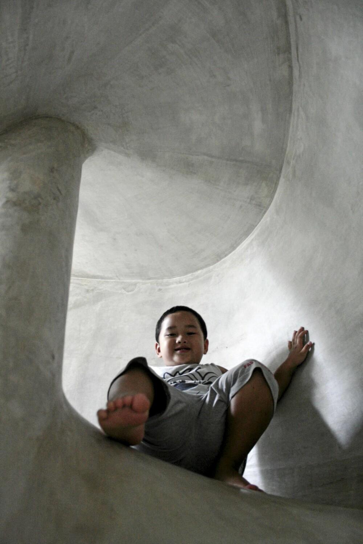 ENVEISKJØRING: Betongtunnelen gjør det lett å komme seg ned i en fei.