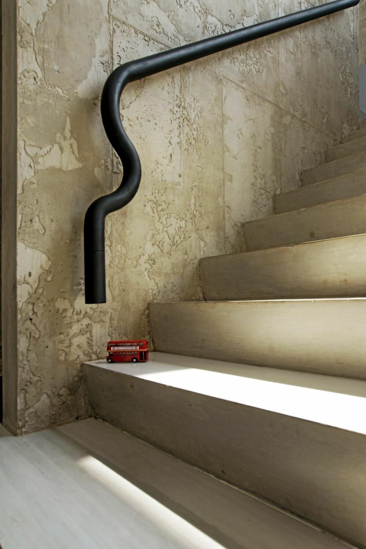 HÅNDLØPER MED SCHWUNG: Håndløperen består av et bøyd stålrør som gir trappen et industrielt preg.