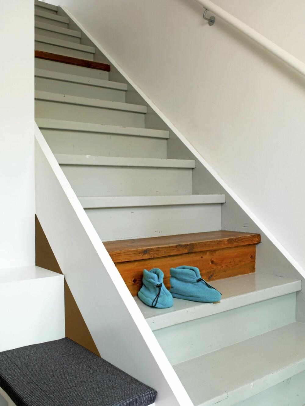 REDDET FRA MALERKOSTEN: Det ene umalte trinnet utgjør et overraskende element i en ellers forutsigbar trapp.
