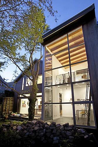 GLASS: På baksiden av huset har arkitektene bygget på et glasstårn