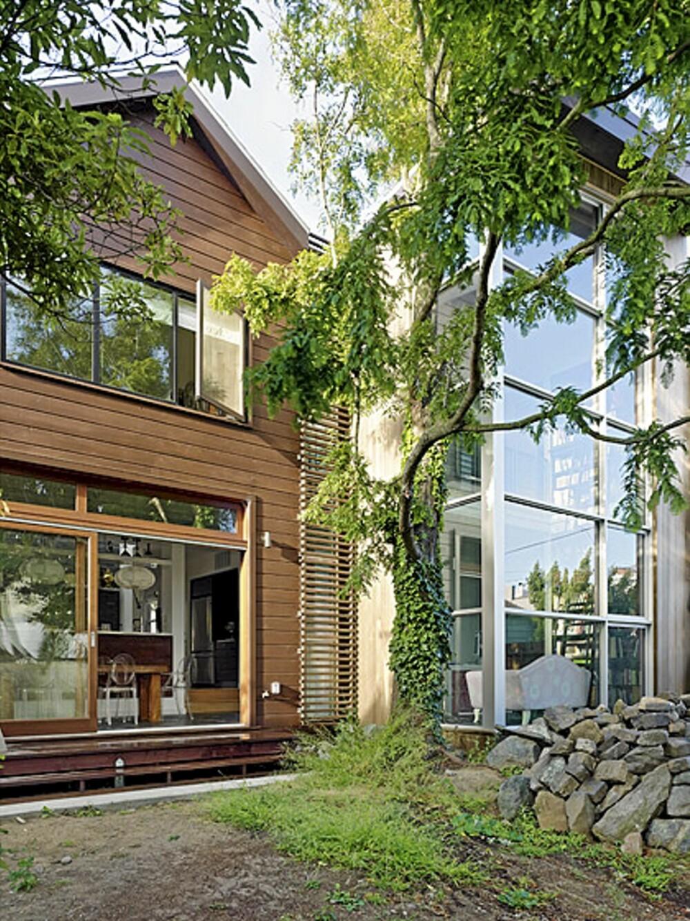 MODERNE: Baksiden av huset har et mer moderne uttrykk med mange store deler i glass