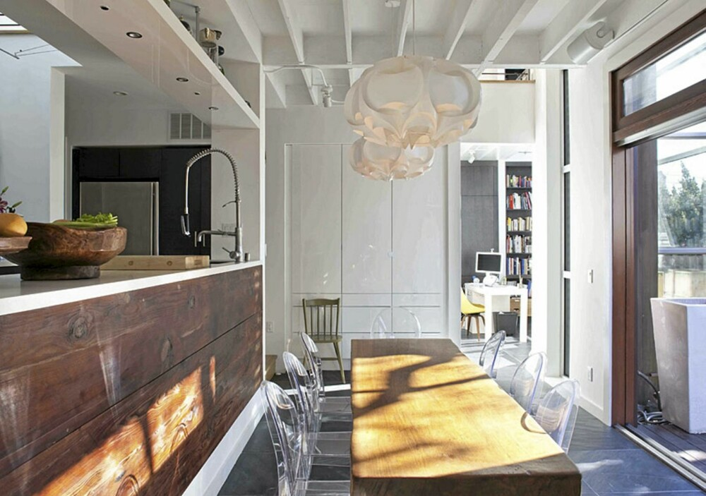 GAMMELT TREVERK: Både bordet og benken på kjøkkenet er gammelt treverk fra den opprinnelige hytta.