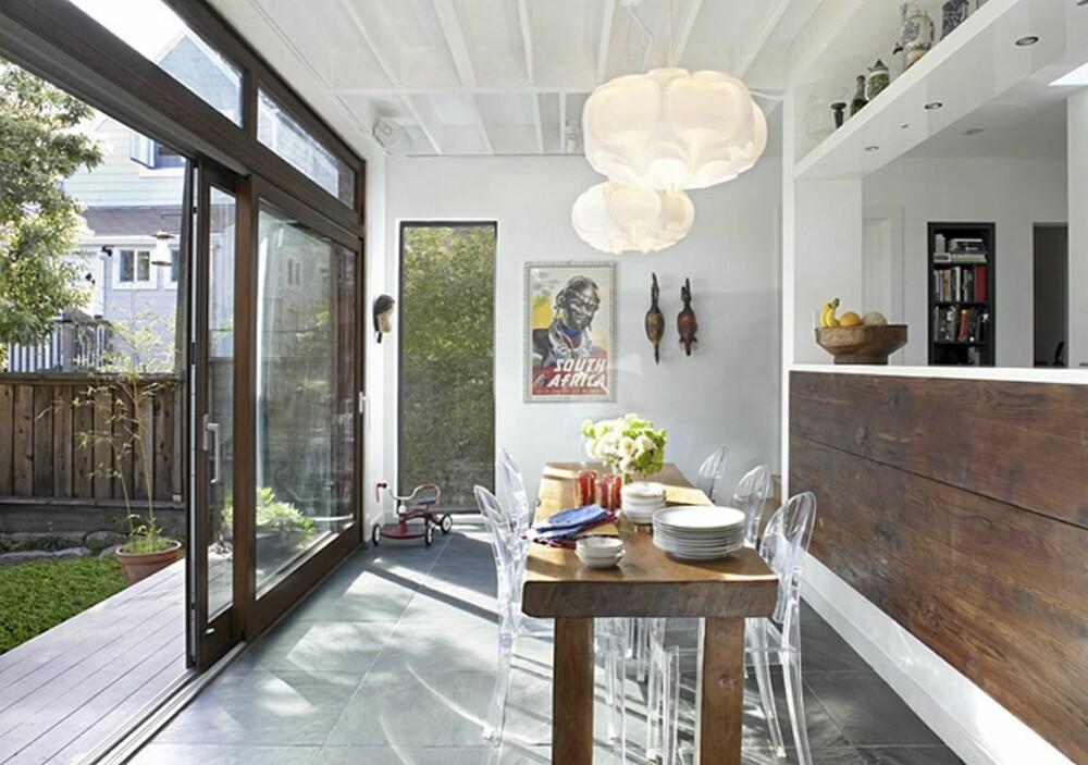 MODERNE INNSLAG: Le Klint lampene er et moderne og friskt innslag på kjøkkenet.