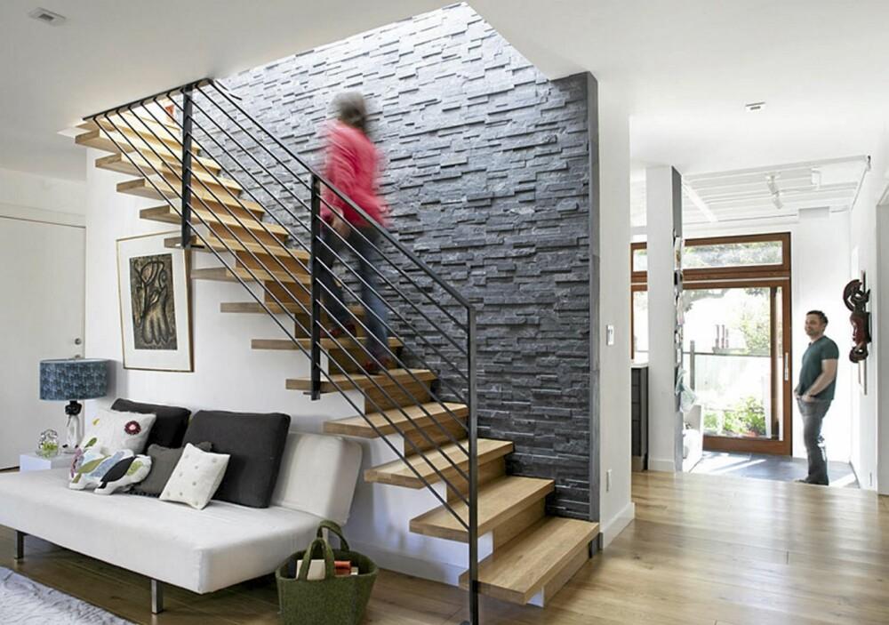LUFTIG TRAPP: Det åpne gelenderet i trappen gir et luftig inntrykk