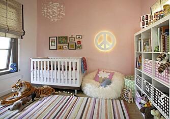 BARNEROM: På barnerommet har de innredet med friske farger