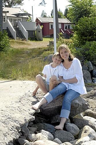 SOMMERIDYLL. Christine Fikseaunet og sønnen Theo har akkurat startet en lang sommer på hytta. Ved siden av hytta står det røde annekset med gjesteplasser og oppbevaringsplass.