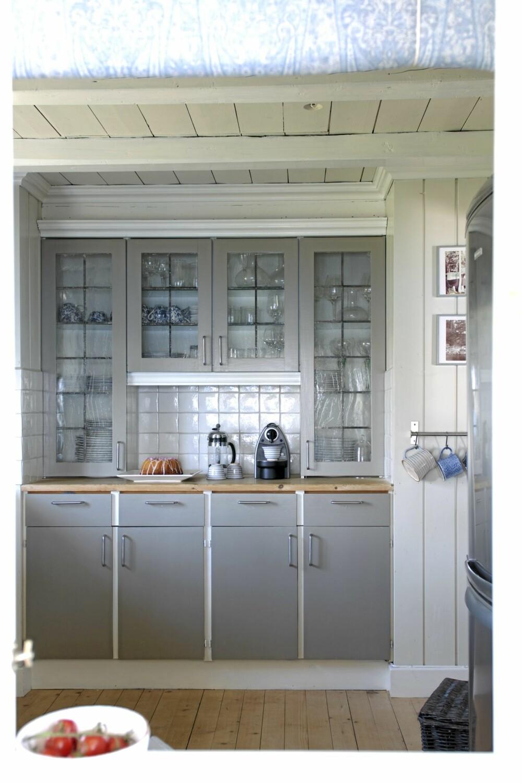 KOKKELERINGSKROK. Deler av kjøkkeninnredningen er original resten har Christine Fikseaunet bygget på da hun var student. Det har nylig fått et nytt malingsstrøk. Fargekoden er 4605 Y 10 R.