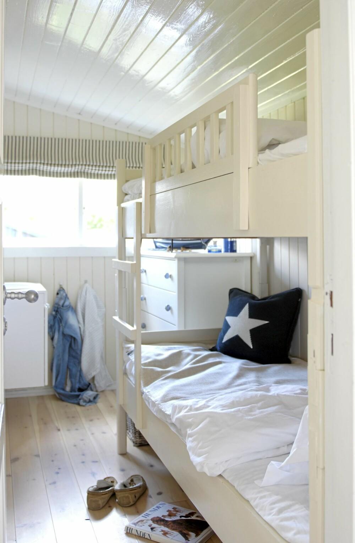 I HØYDEN.På en hytte er køyesenger nesten obligatorisk, og det er også en praktisk løsning. Det sparer plass, samtidig som det øker antall sengeplasser. Fargene går i ulike hvite toner, med enkelte marineblå detaljer.