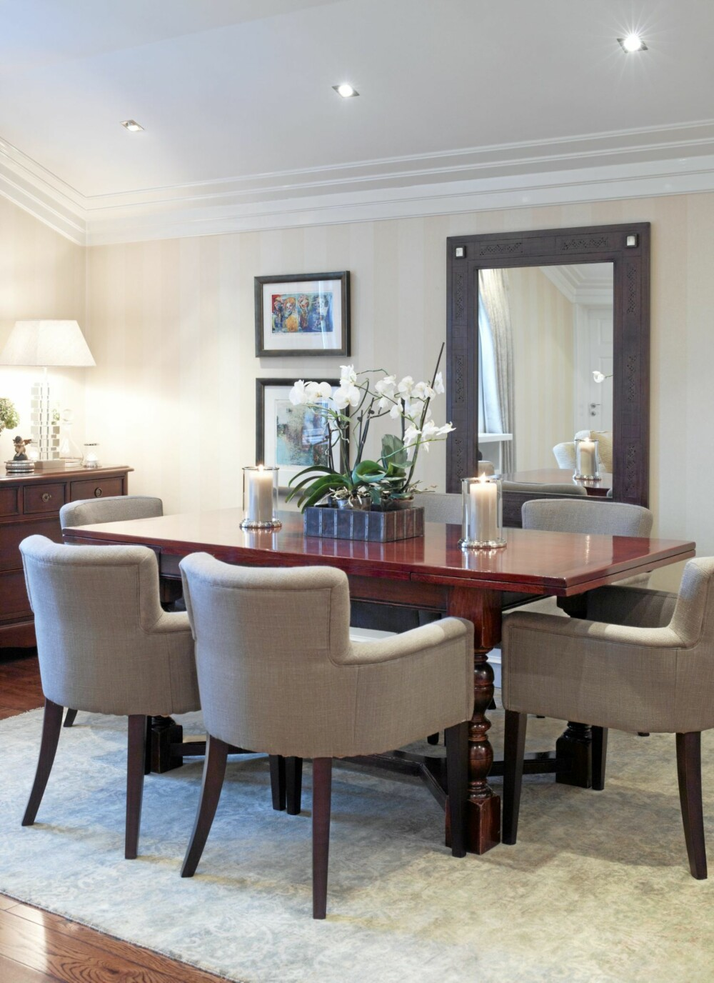 I spisestuen kan man nyte et måltid i komfortable stoler fra Delford House rundt det massive trebordet. De lyse fargene og det store speilet på veggen er med på å øke romfølelsen.