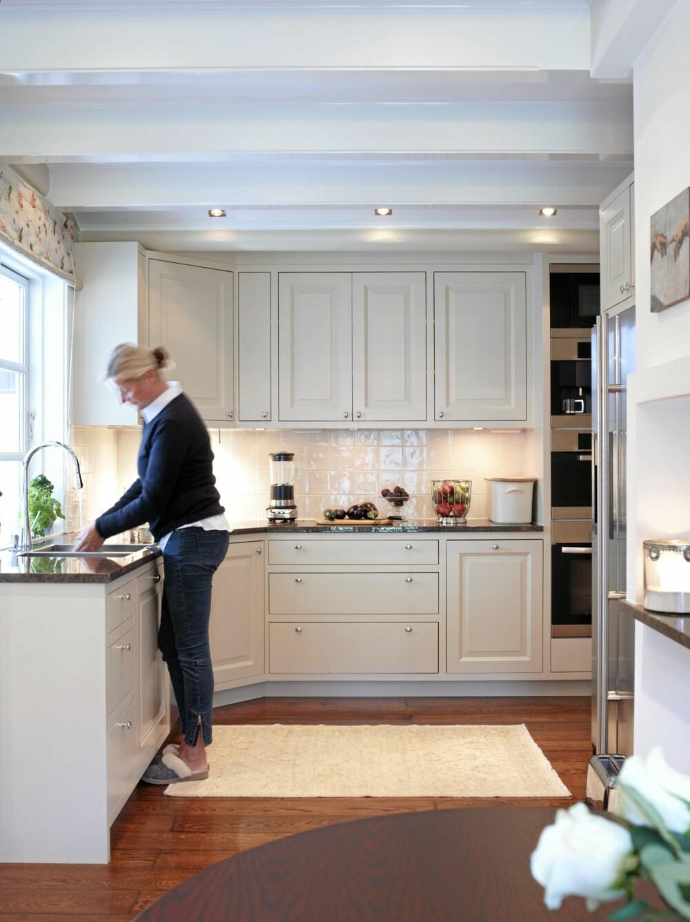 KJØKKENFINT. Marzena ville ha et lyst kjøkken som er lett å holde ryddig. Stort vindu over kjøkkenbenken gir fint lys.