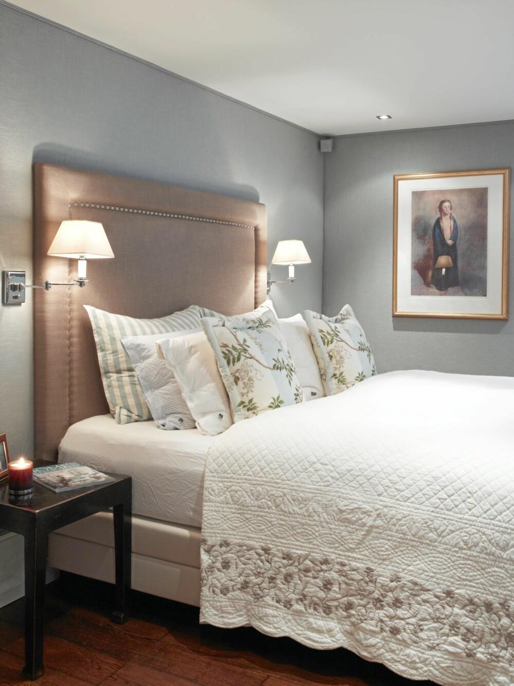 HØYGAVLET. Sengegavlen når høyt opp på veggen og gir sengen et majestetisk preg. Et lass av puter og det franske, gamle sengeteppet tilfører litt romantikk.