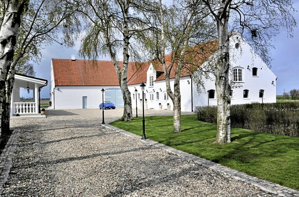 LANDLIG: Gården ligger idyllisk til ved sjøen i Malarhusen, Sverige
