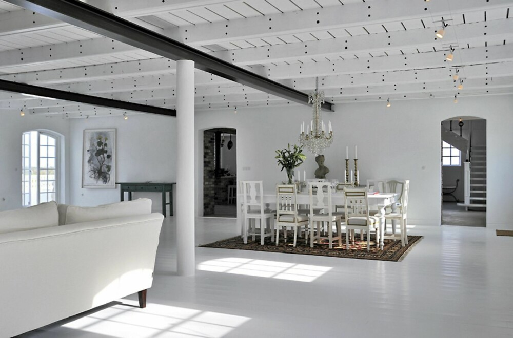 KONTRASTER: De svartmalte dragerne i taket gir en grafisk og tøff kontrast til de lyse flatene.