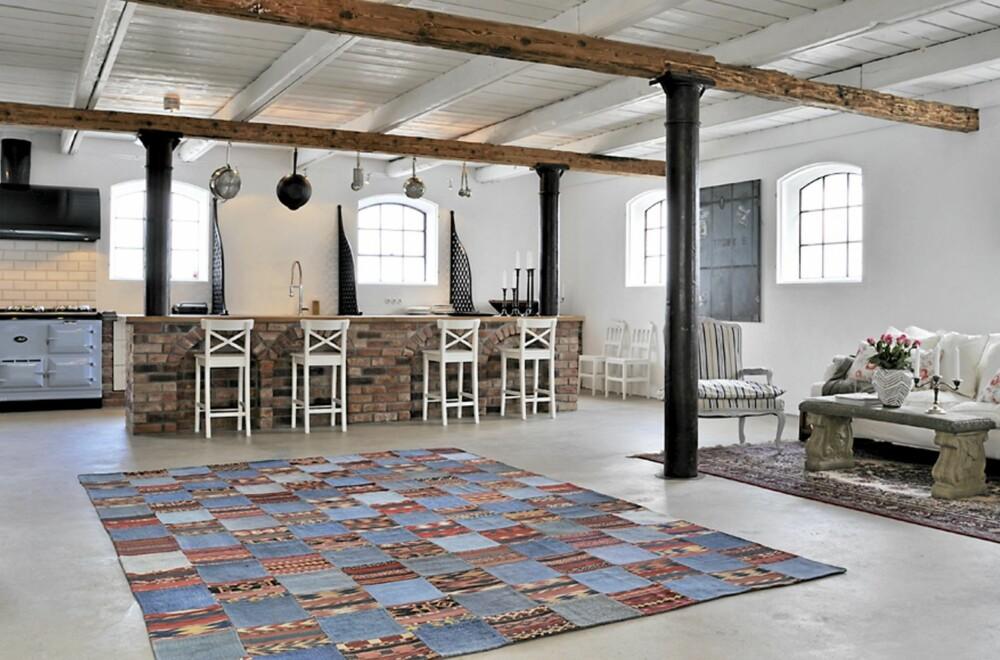 TØFFE TEPPER: Ulike tepper gir fargespill og varme til de store gulvflatene