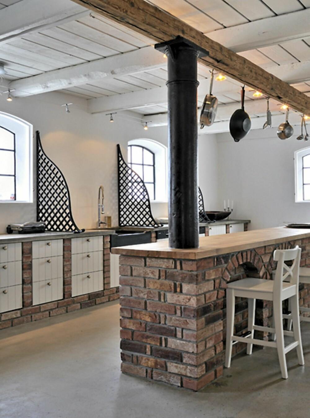 LANDLIG KJØKKEN: Elementer i tre og murstein gir et lunt og landlig kjøkken.