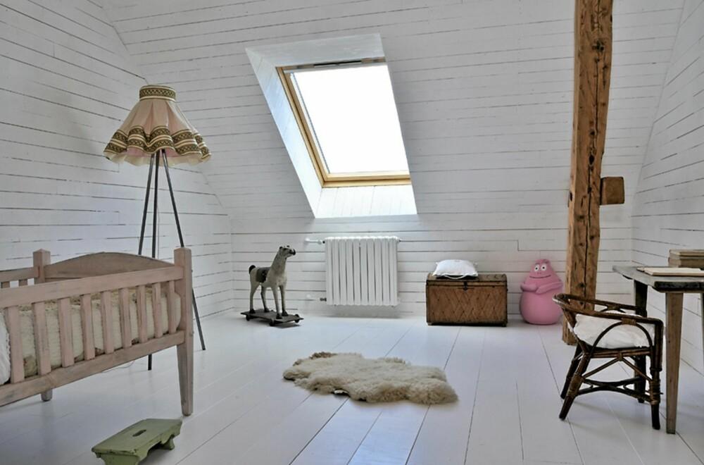 ROMANTISK ROM: Barneværelset har romantiske farger og innredning i en gammeldags stil som harmonerer med huset