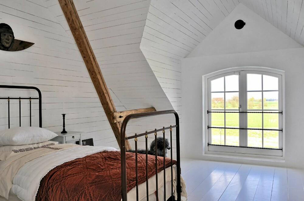 LUFTIG: Hvitmalte vegger, gulv og tak gir boligen et lyst og luftig uttrykk.