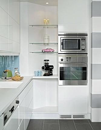 KULT HJØRNE. Hvit, frisk farge og glasshyller til ting som kan stå fremme.