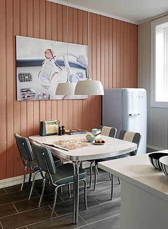 RETRO: Bord og stoler fant Malka og Lars hos Ruths66. Kjøleskapet fra SMEG har samme farge som glassplaten over kjøkkenbenken. Bildet er fra Luth & Co.