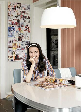 FARGERIK. Malka Misdrahi har krydret kjøkkene med farger. Collagen i bakgrunnen består av bilder fra 50-tallet som er sammen på en pappplate og trykket på PVC hos Allkopi.