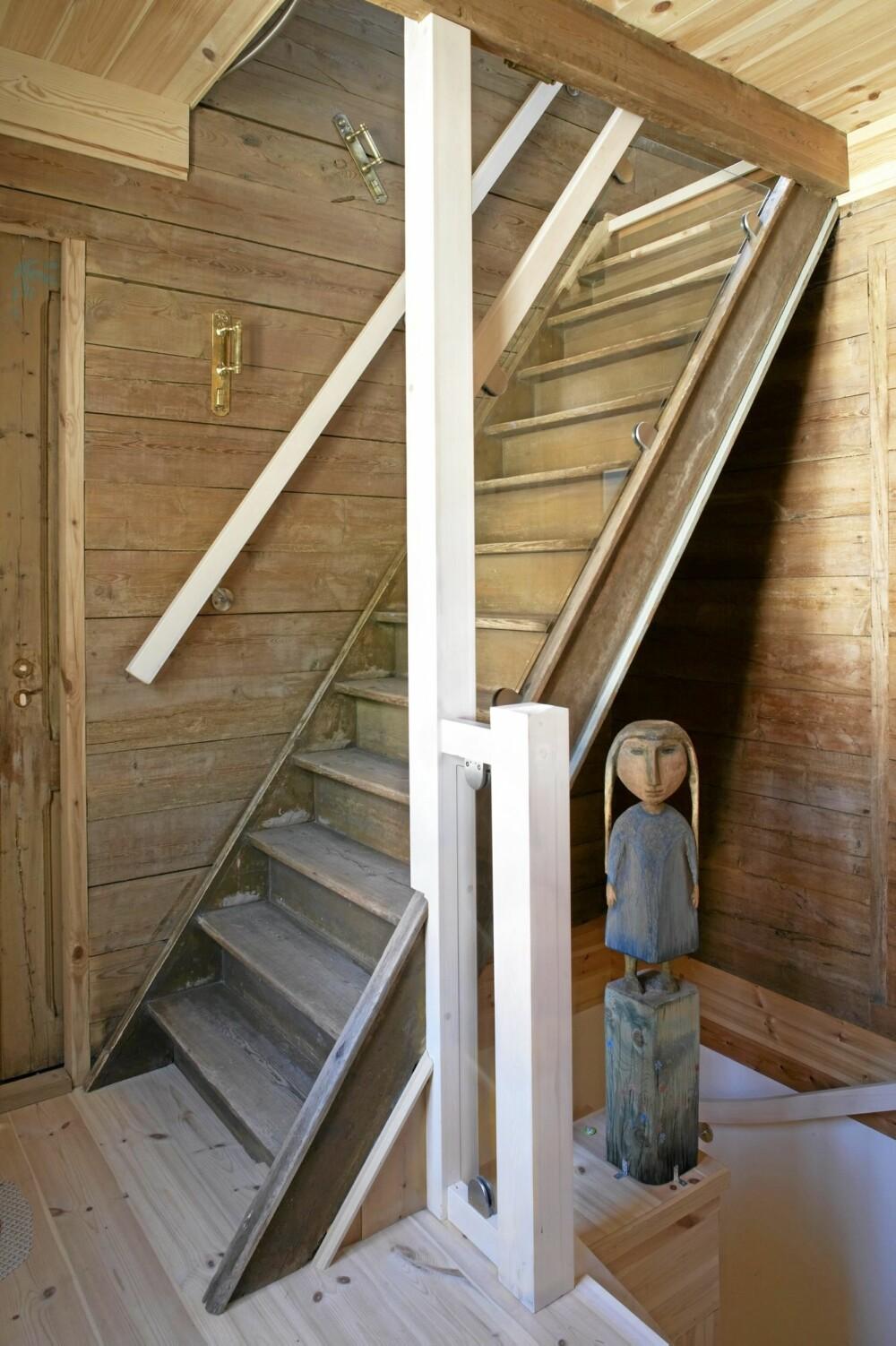 TRINNVIS. Den steile trappen fra første etasje til loftet har fått glassplate på yttersiden. På veggen er det håndtak som Nordsletten har brakt med seg fra Russland.