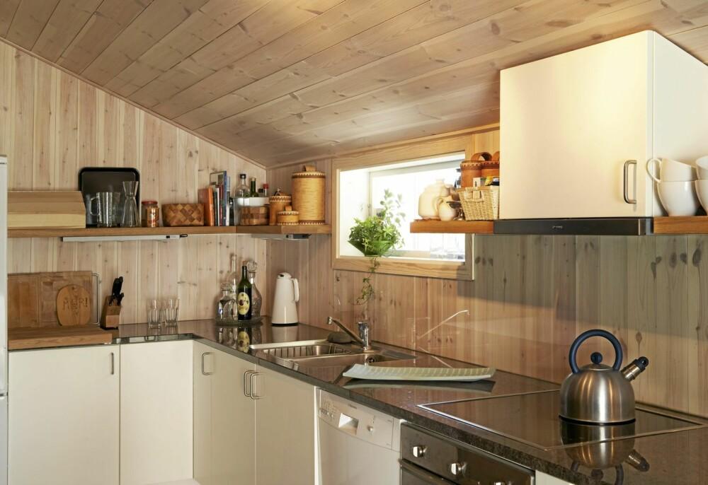 SKRÅTT.Kjøkkenet ligger i en skut på den ene siden som er bygget med  skråtak. Tidligere ble tilbygget brukt som lagringssted for torv.